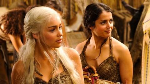 FERDIG: I bokserien �A Song of Fire and Ice�, som tv-serien �Game of Thrones� er basert p�, lever norske Amrita Archaryas (til h�yre) rollefigur Irri i beste velg�ende. Det gj�r hun ikke i tv-versjonen, der rollefiguren ble brutalt drept natt til s�ndag. Foto: HBO/NRK/CANAL PLUS