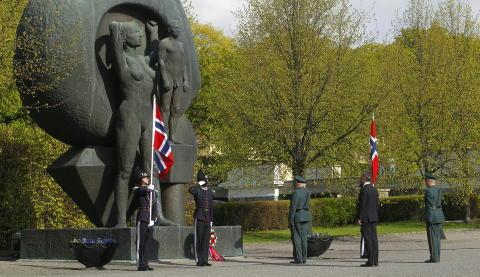 KRANS: Kong Harald legger ned krans ved nasjonalmonumentet p� Akershus festning i Oslo i forbindelse med frigj�ringsdagen og nasjonal veterandag. Foto: Kyrre Lien / NTB scanpix