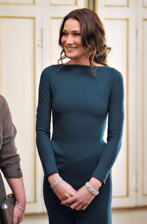 ROLAND MOURET-FAN: Frankrikes f�rstedame Carla Bruni (44) bar samme kjole som hertuginne Catherine tilbake i 2010. Foto: Scanpix