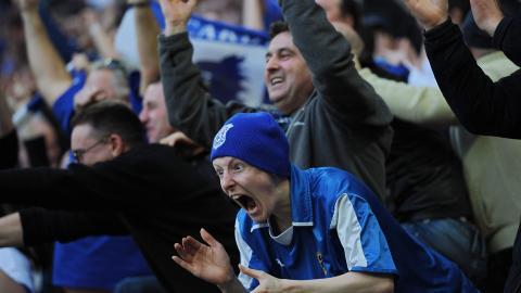 R�D JUBEL: Cardiff har bl� drakter - men kan bytte til r�dt fra neste sesong. Foto:  AFP PHOTO/ADRIAN DENNIS