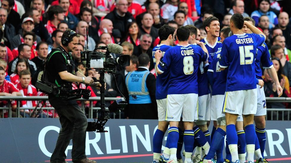 KAN F� R�DE DRAKTER: Cardiff-eier Vincent Tan �nsker � bytte farge p� laget drakter. Han mener r�dt bringer mer lykke. Foto:  AFP PHOTO/GLYN KIRK