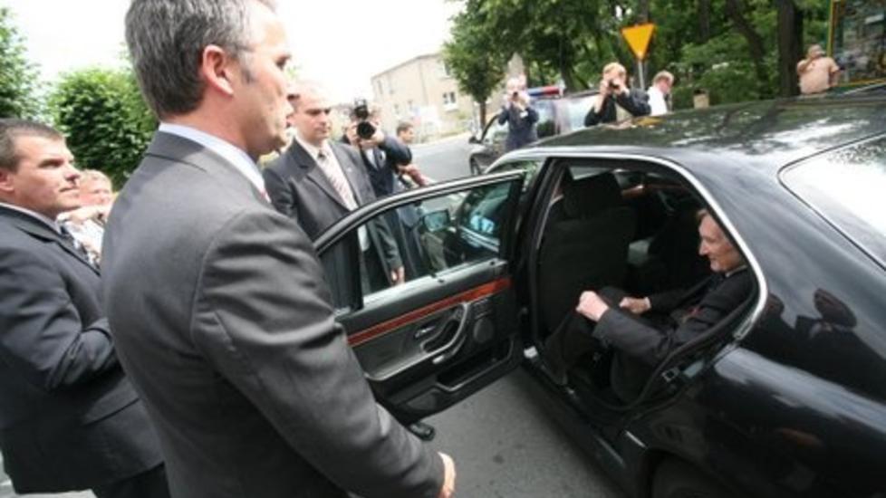FORVIRRING: Hvem er norsk statsminister - Gunnar Kjakan S�nsteby eller Jens Stoltenberg? Sp�rsm�let ble stilt av polske sikkerhetsvakter da Stoltenberg overlot bilen sin til S�nsteby og general Bj�rn Egge under et bes�k i  Schildberg i Polen i juni 2007. Foto: Asbj�rn Svarstad