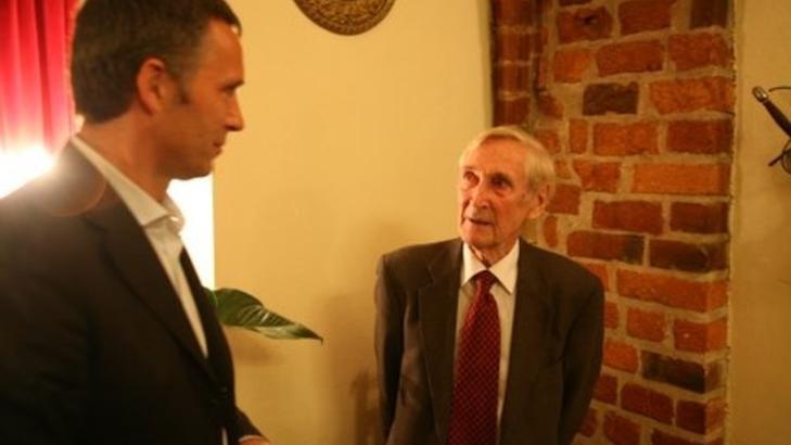 Gunnar Kjakan S�nsteby hadde en stor stjerne hos Jens Stoltenberg - som elsket � h�re ham fortelle om sine opplevelser under krigen. Foto:Asbj�rn Svarstad