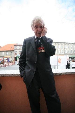Gunnar Kjakan Sønsteby i et tenksomt øyeblikk under oppholdet i Polen. Foto: Asbjørn Svarstad