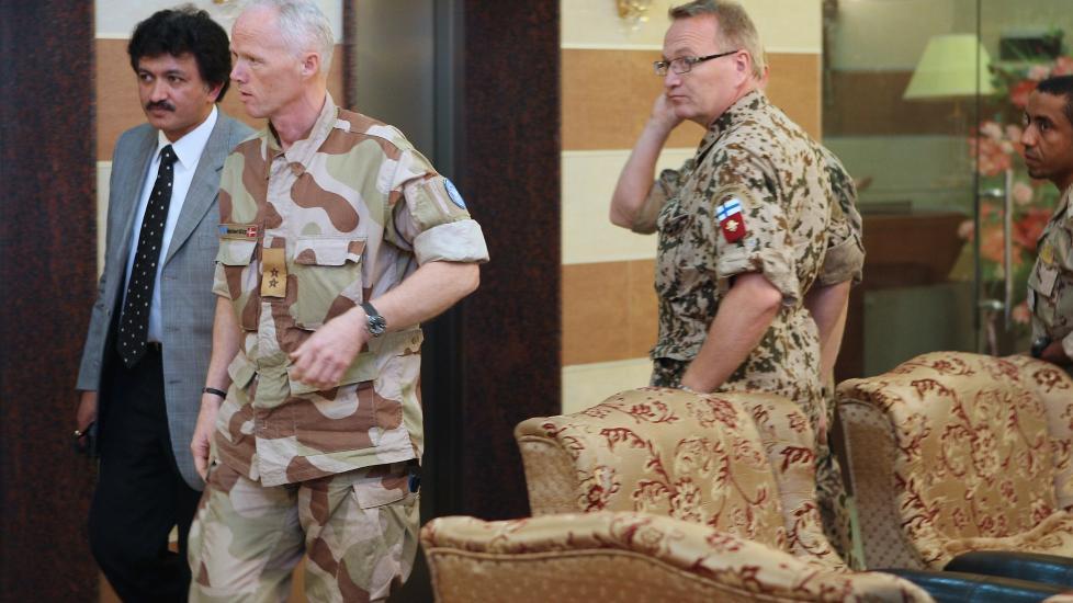 USKADET:  Norske Robert Mood er sjef for FNs observat�rstyke i Syria, og slapp uskadd fra en bombeeksplosjon i den syriske byen Deraa i formiddag. Her ankommer Mood et hotell i Deraa like etter, sammen med syrias talsmann Neeraj Singh (t.v.) og andre FN-observat�rer  Foto: Louai Beshara / AFP/ NTB scanpix