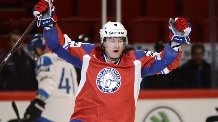 TRYGGET SEIEREN: Mats Trygg scoret to ganger da Norge slo Italia 6-2 og tok sin f�rste seier i ishockey-VM.Foto: EPA/Claudio Bresciani/NTB scanpix