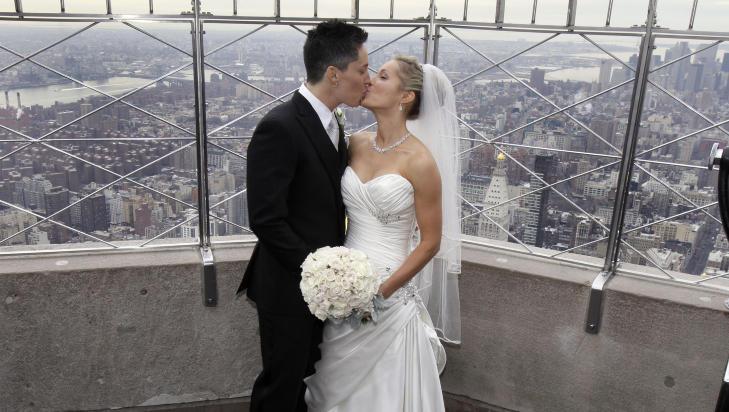ENN� KONTROVERSIELT: Kvinnene Lela Mc Arthur og Stephanie Figarelle gjennomf�rte sin bryllupsseremoni i Empire State Building i New York p� Valentine's Day i �r, men i de fleste delstater har homo- og heteropar ulike rettigheter.