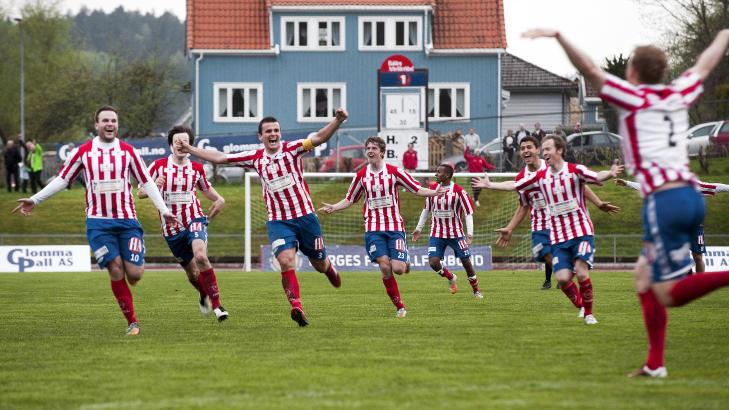 JUBEL: Slik jublet Kvik Halden-spillerne etter seieren i g�r.  Foto: Stein Johnsen / NTB scanpix