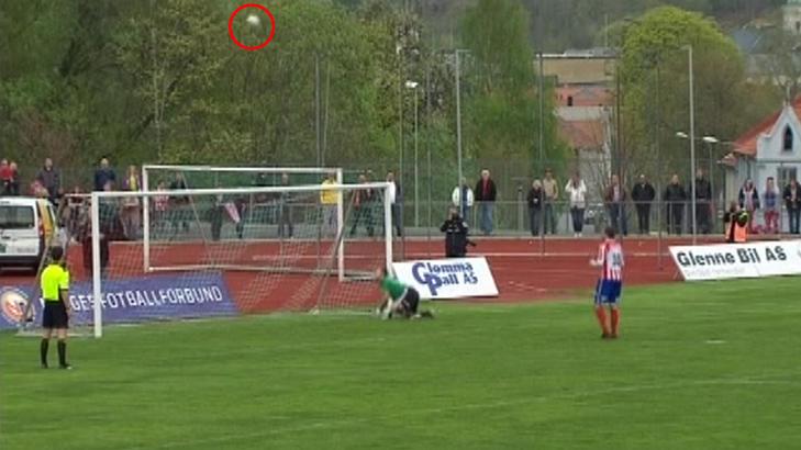 UTROLIG STRAFFE: Kvik Halden-spiller Jonas Faraasen Olsens straffespark ble reddet av FFK-keeperen, men gikk i en bue og ned i motsatt hj�rne av m�let. Skjermdump: dbtv.