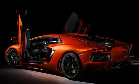 MAJESTETISK: Aventador er like brutalt vakker som den er rask. Foto: LAMBORGHINI