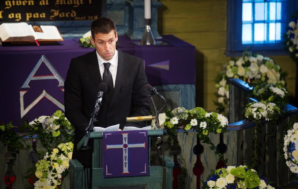 MINNEORD: Minneord ved Robin Dale Oen under begravelsen for svømmeren Alexander Dale Oen. Foto: Kyrre Lien / NTB scanpix POOL