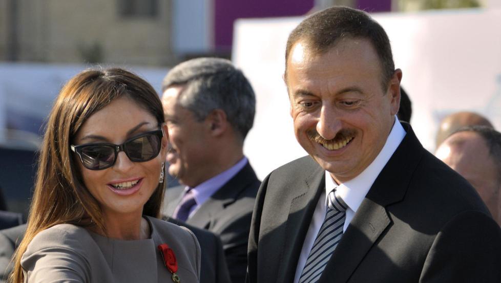SKINNET BEDRAR: President Ilham Aliyev og kona Mehriban Aliyeva. �Den glamor�se familien representerer en jernneve med silkehansker,� skriver kronikkforfatteren. Foto: Philippe Wojazer/AFP/NTB scanpix