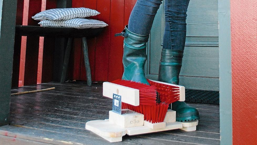 RIMELIG OG FUNKSJONELL: For litt over hundrelappen kan du lage deg en utendørs skoskrape som fjerner søle fra skitne tursko, skisko og jaktstøvler. Foto: Kjell R. Solheim