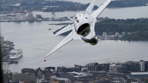 ROLL:  Flyet gjorde triks i lufta over Oslo. Foto: Jan Severinsen