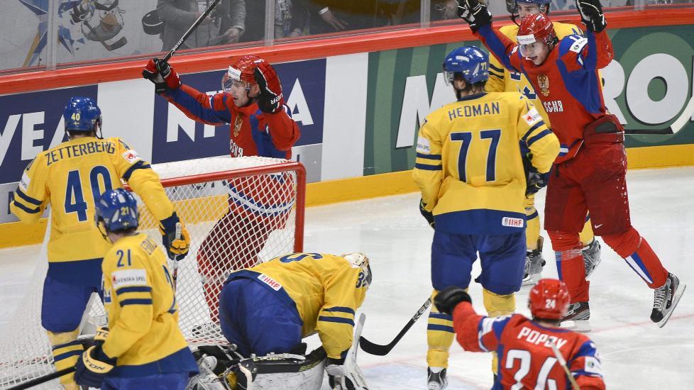 FIKK BANK: Sverige hadde 2-1 i ryggen etter 1.-perioden mot Russland. Det var absolutt ikke nok. Russerne avgjorde med 4-0 de siste 20 minuttene til 7-3-seier. Foto: EPA / Claudio Bresciani / NTB Scanpix