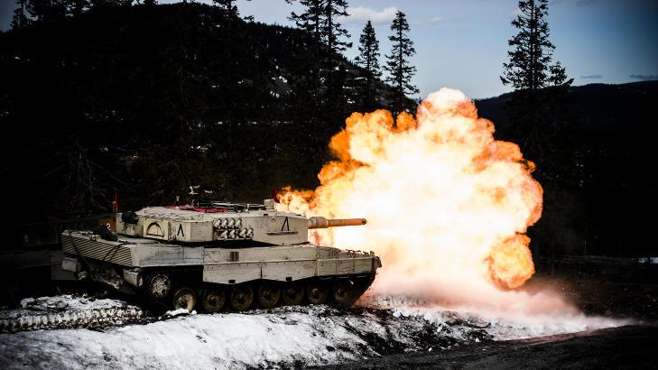 SL�R HARDT FRA SEG: N�r Telemark bataljons Leopard 2 A4 stridsvogn skyter med sin 120 mm kanon, kjenner man det som en knyttneve, selv 50 meter unna. Foto: H�kon Eikesdal