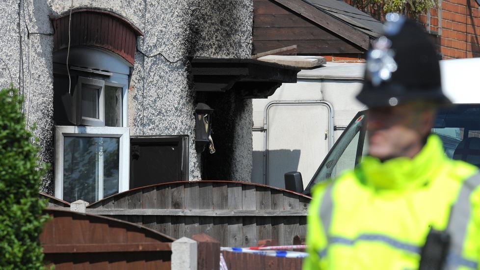 TROLIG MORDBRANN: Fem barn d�de da dette huset i Derby i Storbritannia sto i brann i g�r. Foto: ANDREW YATES / AFP / NTB SCANPIX