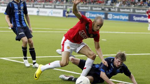 MOT UNITED: Tor-Marius Gromstad her i aksjon mot Manchester Uniteds Gabriel Obertan (som n� spiller i Newcastle) da United-reservene gjestet Norge og Telenor Arena. Foto: Heiko Junge / Scanpix