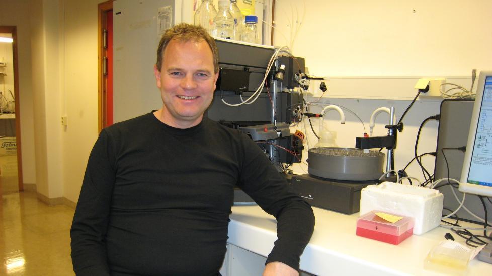 SL�R ET SLAG FOR NATURVITENSKAPEN: Knut Olav Daasvatn er molekyl�rbiolog. Siden 2007 har han skrevet dikt, og n� er han k�ret til m�nedens poet i Diktkammeret. Foto: Privat