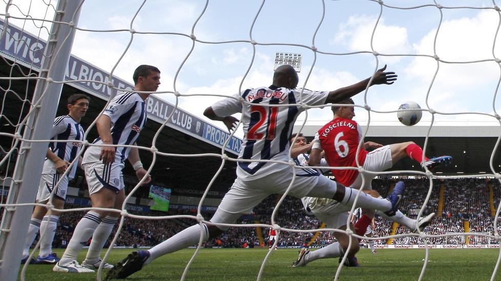 SIKRET TREDJEPLASSEN: Arsenal og Tottenham byttet om � ha den viktige 3.-plassen under s�ndagens siste runde av Premier League. Til slutt var det Ars�ne Wengers gutter som jublet over garantert mesterligaspill. Foto: AFP PHOTO/IAN KINGTON