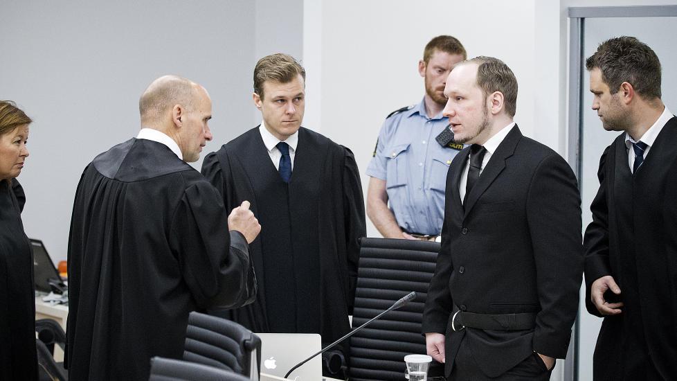 I RETTEN Massemorderen Anders Behring Brevik  snakker med Geir Lippestad før retten settes. I midten forsvarer Tord Jordet og Odd Ivar Grøn. Til venstre forsvarer Vibeke Hein Bæra. Foto: Bjørn Langsem/Dagbladet