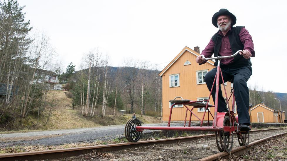 DRESIN-TUR: Fra midten av mai og fram til sn�en kommer, kan du ta pedalene fatt med dresin p� den gamle skinnegangen til Numedalsbanen hos Paul-Tore Halvorsen og kona Gunnbj�rg p� Veggli. Foto: ROGER BRENDHAGEN