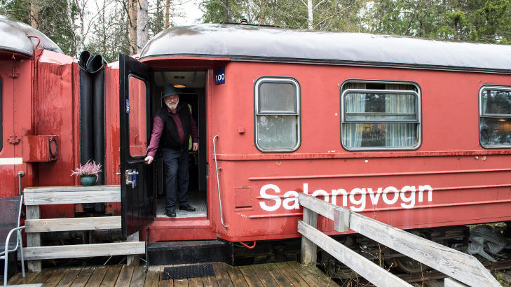 TOGOVERNATTING: I 2001 �pnet Paul-Tore Halvorsen toghotell med egne lugarer og salongvogn der det serverer treretters middager. Foto: ROGER BRENDHAGEN