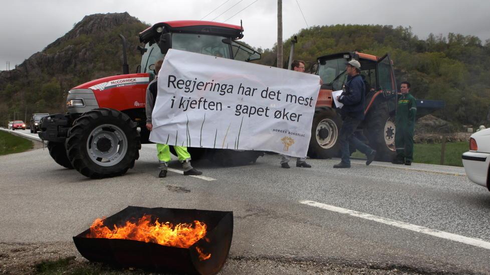 BR�DAKSJON: B�ndene har varslet at de tirsdag vil blokkere utkj�ringen av matmel til de fire store matmelanleggene i Norge. M�let er � f� folk til � hamstre br�d, slik at hyllene t�mmes for bakverk. Klokka 5 i dag morges stod fire traktorer og sperret m�lla i Skien. P� bildet er E-39 sperret med traktorer p� Krossmoen, Helleland s�r i Rogaland. Foto: Sigbj�rn Hofsmo / NTB scanpix