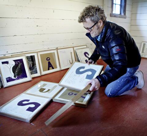 A-HABETET: En stund brukte Magne Furuholmen utdrag fra sine tekster i bildene. S� ble det l�srevne ord. N� kan du kj�pe Magne-bilder med bare bokstaver, s� kan du selv sette sammen ordene. - En samler har hengt bokstavene FUCK RIGHT OFF over senga, avsl�rer kunstneren.   Foto: Lars Eivind Bones / Dagbladet