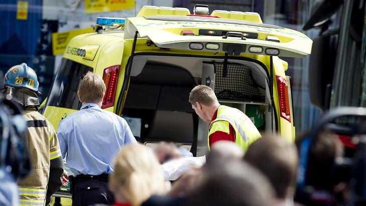 I KOMA: Mannen som tente på seg selv utenfor Tinghuset blir båret inn i ambulansen og kjørt til Ullevål sykehus. Han er nå i koma, men utenfor livsfare. Foto: Bjørn Langsem / Dagbladet.