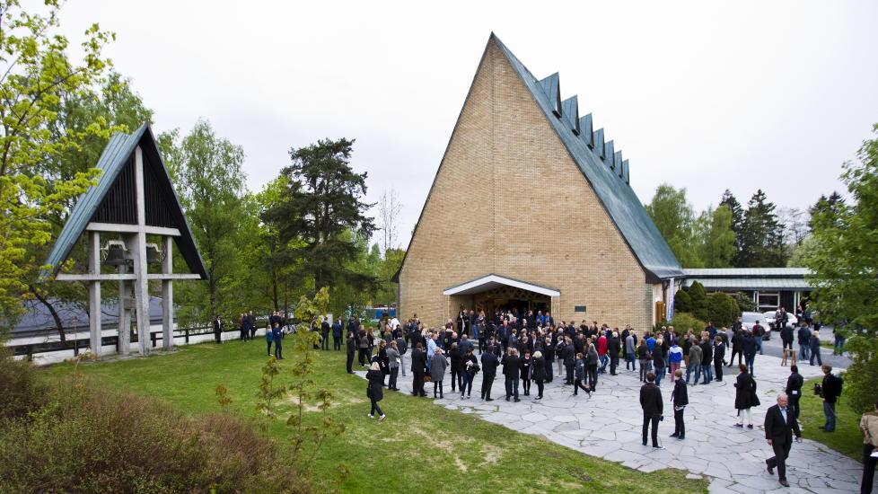 MINNESTUND: Folk kommer ut fra Jar kirke i B�rum etter minnestunden for Tor-Marius Gromstad tirsdag. Stab�k-spilleren ble funnet d�d p� en byggeplass i Oslo mandag morgen. Foto: Vegard Gr�tt / NTB scanpix