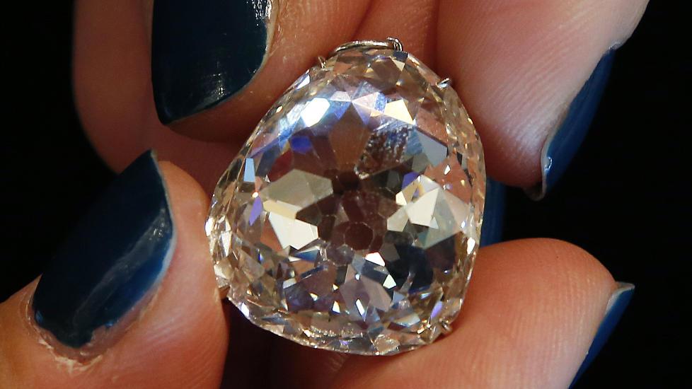 TIL DEN SOM HAR ALT: Den enorme diamanten kjent som �Beau Sancy� ble tirsdag solgt for nesten 60 millioner kroner til en anonym budgiver under en auksjon i Geneve i Sveits. Foto: REUTERS/Jacky Naegelen/SCANPIX
