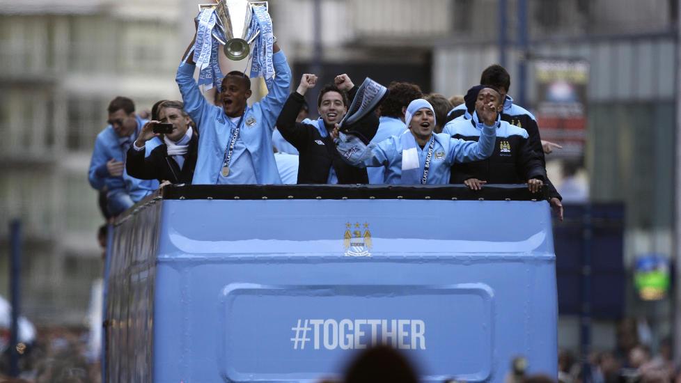 100 000 M�TTE OPP: Manchester ble farget lysebl�tt da Manchester City viste frem trof�et for supporterne p� mandag. Foto: AP Photo / Jon Super / NTB Scanpix