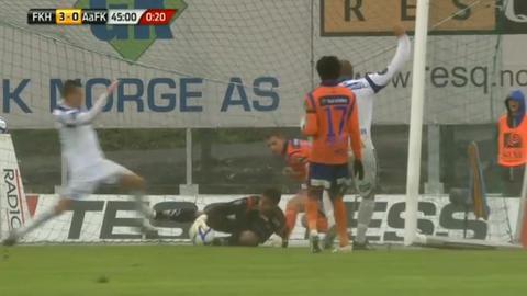 BURDE VÆRT ANNULLERT: Grytebust holder ballen med ei hånd før Djurdjic sparker den ut av grepet hans.