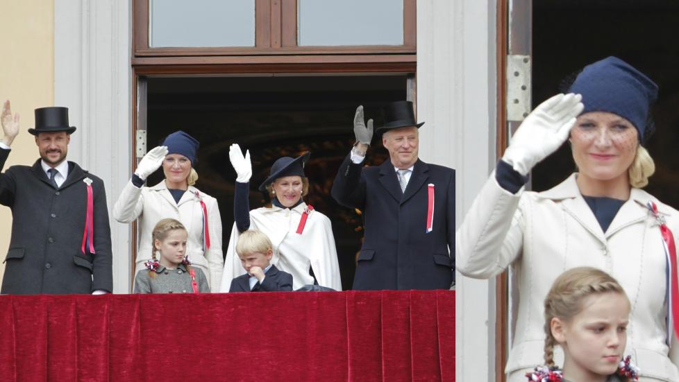 OMDISKUTERT HODEPRYD: En av 17. mais store �snakkiser� er kronprinsesse Mette-Marits valg av hodepryd for vinkingen p� Slottsbalkongen. Lua er fra Jil Sanders v�r- og sommerkolleksjon for �ret. Foto: Scanpix