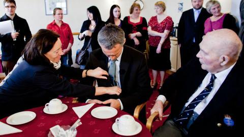 OVERLEVENDE: Ingrid Schulerud retter p� slipset til ektemannen under et bes�k p� eldresenteret i Scalloway p� Shetland. Til h�yre nordmannen Sverre Syversen (92), som deltok i Shetlandsfarten under krigen.