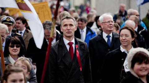 FOLKEFEST: Rundt 1000 mennesker deltok i 17. mai-feiringen p� Shetland. Stoltenberg er den f�rste norske statsministeren som bes�ker �ygruppen.