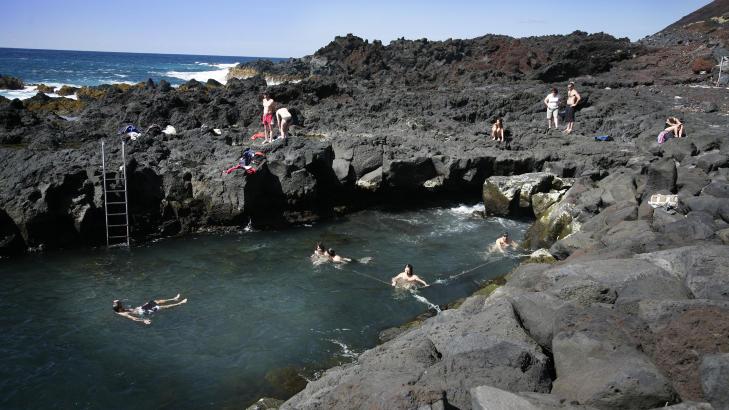 BADELIV:  I Ponta da Ferraria (Smia) p� Sao Miguel p� Azorene finnes et enest�ende naturfenomen. Varmt kildevann spruter opp i kulpen og lager deilig badevann, midt i villmarka. Foto: EIVIND PEDERSEN
