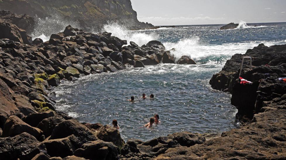 KULPEN: Ingen trenger � bry seg om det iskalde vannet i Atlanterhavet ved Azorene n�r du kan ta en dukkert  i Ponta da Ferraria (Smia).  En glovarmkilde spruter ut 61,8 graders vann i denne bukta slik at det blir opptil 28 graders badevann. Foto: EIVIND PEDERSEN