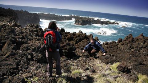 VAKKERT: Landskapet rundt Ponta da Ferraria er b�de vilt og vakkert, med skarpe lavaformasjoner og fr�dende Atlanterhav. Ikke et sted � g� barf�tt! Foto: EIVIND PEDERSEN