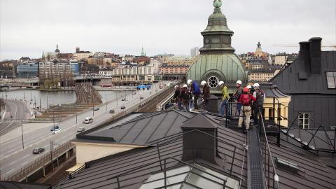 FRA TAK TIL TAK: Glem kjedelig vandring i trange bygater. Svenskene serverer kulturhistorie 43 meter over bakken. Foto: OSKAR KULLANDER