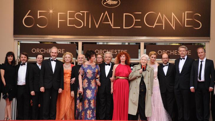 VELKJENT POSITUR: Det er heller bilder som dette vi er vant til � se fra Cannes. Bildet er tatt i forbindelse med premi�ren p� filmen �Vous navez encore rien vu�. Foto: Stella Pictures