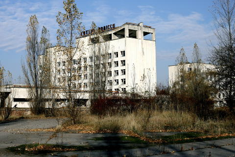 SP�KELSESBY: Den hastig evakuerte byen Pripyat, hvor det bodde 50.000 mennesker, st�r i dag igjen som et skremmende monument over atomkraftverk-ulykken i 1986. Foto: Henning Lilleg�rd/Dagbladet