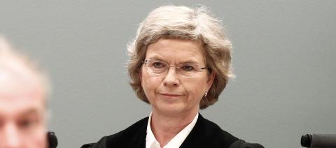 NEKTET SP�RSM�L: Dommer Wenche Elisabeth Arntzen mente det ikke var relevant for retten at politibetjenten (31), som var en av de to f�rste i Utvika, skulle svare p� koordinerende bistandsadvokat Mette Yvonne Larsens sp�rsm�l om hvorfor de ikke tok seg over til Ut�ya umiddelbart. Foto: Reuters
