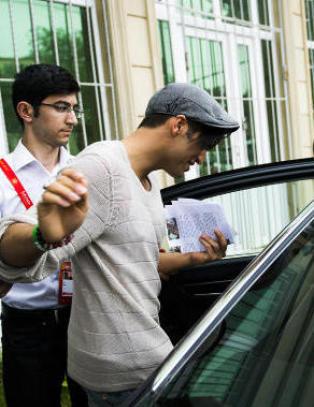 Her kj�res Tooji med politieskorte gjennom Bakus gater