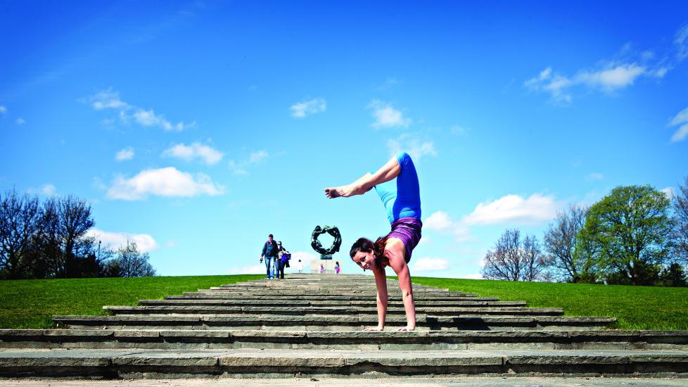 STERK F�LELSE: -F�r var jeg svak i armene og strevde med � f� rumpa opp. Det handler ikke s� mye om hva du f�r til, men hva du tror du f�r til, sier Stine Hegre (26) som sammen med samboeren er grunnlegger av YogaUni�o, en treningsform som kombinerer yoga med leken, brasiliansk kampsport. Foto: Anita Arntzen