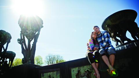 ROMANTISK:De var veldig blakke og forelsket og hadde sine f�rste stevnem�ter oppe i Vigelands ber�mte bronsefontene i Frognerparken, men fontenen var riktignok tom for vann. Foto: Anita Arntzen