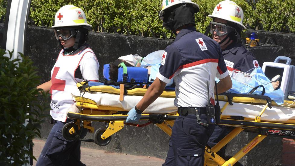 TIL SYKEHUSET: Den unge gutten ble fl�yet til et stort sykehus i Mexico City, der de betegner tilstanden hans som alvorlig. Foto: REUTERS/Alejandro Dias/NTBScanpix