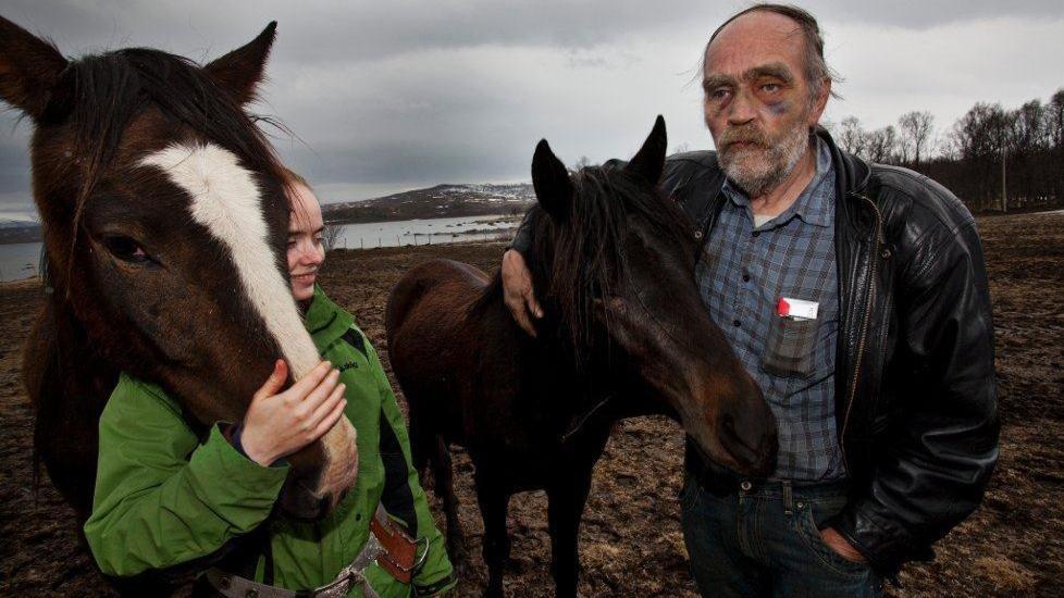 - DET ER NOK:  Asle Ryeng varsler at han vil avlive alle 17 hestene for �pen scene n�r Mattilsynet kommer med dyretransporten. Her sammen med datteren Ingeborg Dybwad Ryeng og to av hestene p� Bunes i g�r. FOTO: VIDAR DONS LINDRUPSEN/NORDLYS.