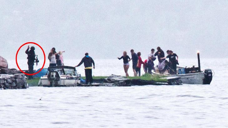 I LAND KL 18.15: Politibetjenetene tar her imot ungdommene som flyktet fra Ut�ya i b�ten �Reiulf�. P� bildet er de omgitt av b�ter. Det skulle g� nye 17 minutter f�r Breivik ble p�grepet. Foto: Jan Bjerkeli